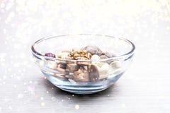 Mandorle, nocciole, anacardi ed intere noci in una ciotola di vetro Luci morbide dorate rotonde Spuntino organico sano, prima col fotografia stock libera da diritti