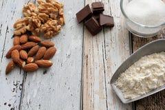 Mandorle, noci, cioccolato, zucchero e farina degli ingredienti del biscotto fotografia stock libera da diritti