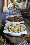 Mandorle, pistacchi, preparato dell'anacardio dei dadi in piatti immagini stock