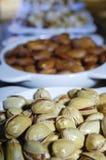 Mandorle, pistacchi, preparato dell'anacardio dei dadi in piatti immagine stock libera da diritti