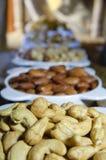 Mandorle, pistacchi, preparato dell'anacardio dei dadi in piatti immagine stock