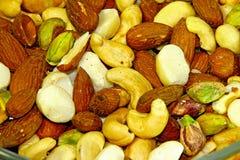 Mandorle tostate del dado misto & salate naturali immagini stock libere da diritti