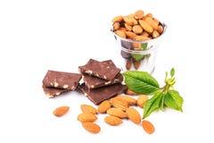 Mandorle in un backet con i pezzi di cioccolato con i dadi Immagine Stock