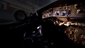 Mandos de vuelo en el aeroplano viejo del bombardero almacen de metraje de vídeo