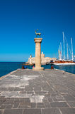 Mandraki港口和古铜鹿雕象,希腊 免版税图库摄影