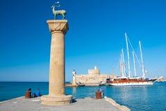 Mandraki港口和古铜鹿雕象,希腊 免版税库存图片