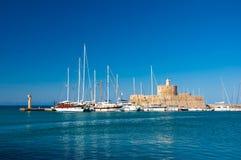 Mandraki hamn och den gamla fyren. Rodes Grekland. Royaltyfri Foto