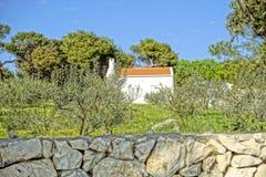 Mandre, Croacia, el 24 de abril de 2018 Pequeña casa tradicional pintoresca por días de fiesta en la ciudad de la playa en el mar fotografía de archivo libre de regalías