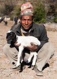 Mandriano con le pecore con il cappello nepalese tipico sulla testa Immagine Stock Libera da Diritti