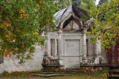 Mandril abandonado velho no parque do outono, palácio de Konig, Ucrânia fotos de stock