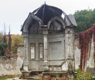 Mandril abandonado velho no parque do outono, palácio de Konig, Ucrânia imagens de stock
