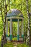 Mandril de madeira antigo no parque Aleia do vidoeiro do mandril ao alojamento de caça Museu de Pereyaslav-Khmelnitsky da arquite fotos de stock