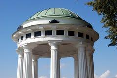 Mandril decorado pelas colunas brancas Imagens de Stock Royalty Free