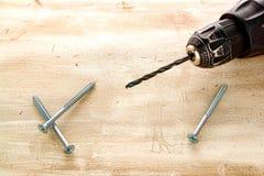 Mandrin de foret électrique avec des vis de bit et en bois photo stock