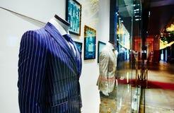 Mandräkten shoppar fönstret, fönster för manklädlager Royaltyfria Foton