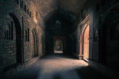 Mandu印度,回教王国、宫殿内部、清真寺纪念碑和穆斯林坟茔阿富汗废墟  从门的阳光在黑暗的走廊 库存图片