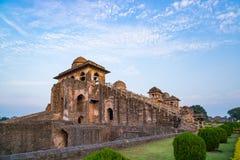 Mandu印度,回教王国、宫殿内部、清真寺纪念碑和穆斯林坟茔阿富汗废墟  从门的阳光在黑暗的走廊 库存照片