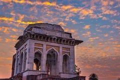Mandu印度,回教王国、清真寺纪念碑和穆斯林坟茔阿富汗废墟  五颜六色的天空日出 免版税图库摄影