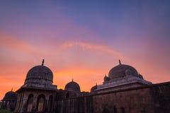 Mandu印度,回教王国、清真寺纪念碑和穆斯林坟茔阿富汗废墟  五颜六色的天空日出 免版税库存照片