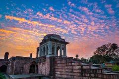 Mandu印度,回教王国、清真寺纪念碑和穆斯林坟茔阿富汗废墟  五颜六色的天空日出 库存照片