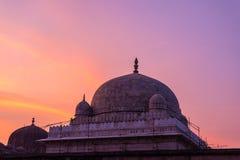 Mandu印度,回教王国、清真寺纪念碑和穆斯林坟茔阿富汗废墟  五颜六色的天空日出 免版税库存图片