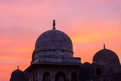 Mandu印度,回教王国、清真寺纪念碑和穆斯林坟茔阿富汗废墟  五颜六色的天空日出 图库摄影