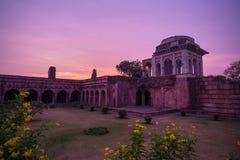 Mandu印度,回教王国、清真寺纪念碑和穆斯林坟茔阿富汗废墟  在日出的五颜六色的天空, Ashrafi玛哈尔 免版税图库摄影