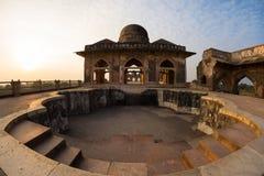 Mandu印度,回教王国、清真寺纪念碑和穆斯林坟茔阿富汗废墟  在Jahaz玛哈尔的水池 免版税库存图片