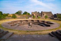 Mandu印度,回教王国、清真寺纪念碑和穆斯林坟茔阿富汗废墟  在Jahaz玛哈尔的水池 库存图片
