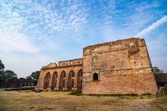 Mandu印度,回教王国、清真寺纪念碑和穆斯林坟茔阿富汗废墟  看法通过门, Hindola玛哈尔 免版税图库摄影