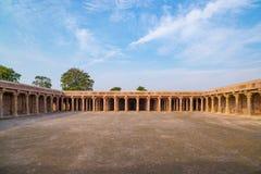 Mandu印度,回教王国、清真寺纪念碑和穆斯林坟茔阿富汗废墟  看法通过门, Hindola玛哈尔 免版税库存照片