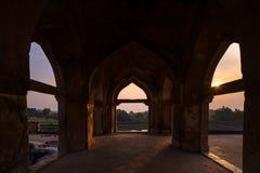 Mandu印度,回教王国、清真寺纪念碑和穆斯林坟茔阿富汗废墟  看法通过门, Jahaz玛哈尔 库存照片