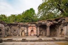 Mandu印度,回教王国、清真寺纪念碑和穆斯林坟茔阿富汗废墟  结构上详细资料大梁玻璃购物中心被反射的购物 免版税库存照片