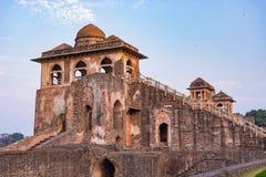 Mandu印度,回教王国、清真寺纪念碑和穆斯林坟茔阿富汗废墟  结构上详细资料大梁玻璃购物中心被反射的购物 库存图片