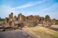 Mandu印度,回教王国、清真寺纪念碑和穆斯林坟茔阿富汗废墟  结构上详细资料大梁玻璃购物中心被反射的购物 库存照片