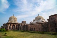 Mandu印度,回教王国、清真寺纪念碑和穆斯林坟茔阿富汗废墟  结构上详细资料大梁玻璃购物中心被反射的购物 免版税库存图片