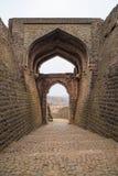 Mandu印度,回教王国、清真寺纪念碑和穆斯林坟茔阿富汗废墟  结构上详细资料大梁玻璃购物中心被反射的购物 图库摄影
