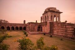 Mandu India, rovine afgane del regno di islam, del monumento della moschea e della tomba dei musulmani Cielo variopinto ad alba fotografia stock