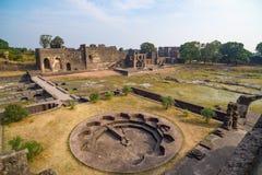 Mandu Indien, afghan fördärvar av islamkungarike, moskémonumentet och muslimgravvalvet arkitektonisk reflekterad shopping för det Arkivfoton