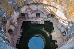 Mandu Indien, afghan fördärvar av islamkungarike, moskémonumentet och muslimgravvalvet Arkitektoniska detaljer, kliver väl för va Royaltyfri Foto