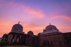 Mandu la India, ruinas afganas del reino del Islam, del monumento de la mezquita y de la tumba de los musulmanes Cielo colorido e fotografía de archivo libre de regalías