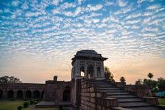 Mandu la India, ruinas afganas del reino del Islam, del monumento de la mezquita y de la tumba de los musulmanes Cielo colorido e imagen de archivo libre de regalías
