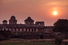 Mandu la India, ruinas afganas del reino del Islam, del monumento de la mezquita y de la tumba de los musulmanes Cielo colorido e imagenes de archivo