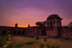 Mandu la India, ruinas afganas del reino del Islam, del monumento de la mezquita y de la tumba de los musulmanes Cielo colorido e fotos de archivo libres de regalías