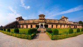 Mandu la India, ruinas afganas del reino del Islam, del monumento de la mezquita y de la tumba de los musulmanes Jahaz Mahal imagen de archivo libre de regalías