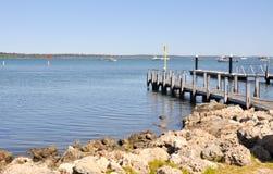 Mandurah海滩风景:小船船坞 免版税图库摄影