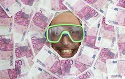 Mandykning i euroanmärkningar Royaltyfri Foto