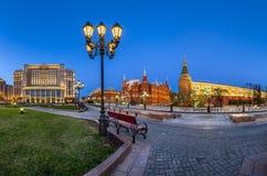 Manegevierkant en Moskou het Kremlin in de Avond, Moskou stock foto