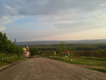 A maneira à igreja ortodoxa na república de Moldova Costuleni Foto de Stock