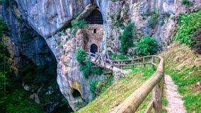 Maneira às cavernas do castelo de Predjama Foto de Stock Royalty Free